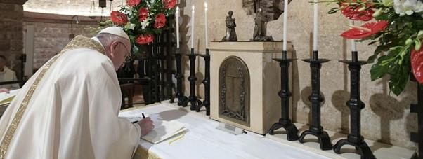 Op zaterdag 3 oktober, daags voor de feestdag van de Heilige Franciscus van Assisi, tekende paus Franciscus zijn Encycliek (rondzendbrief) Fratelli Tutti in de basiliek bij het graf van de Sint Franciscus.